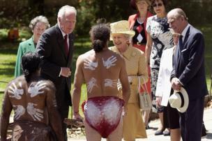 爱丁堡公爵2002年和女王访问澳大利亚与原住民代表见面
