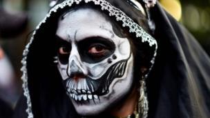 Женщина в образе Катрины на параде в Мексике