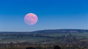 Розовая Луна над виадуком в Харрингуорте