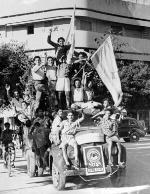 หนุ่มสาวชาวยิวฉลองการประกาศตั้งรัฐอิสราเอลในวันที่ 14 พฤษภาคม 1948 ในกรุงเทลอาวีฟ