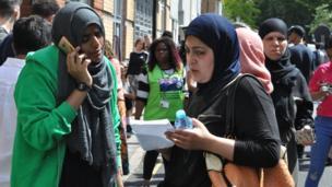 Plusieurs personnes se sont regroupées à l'extérieur du centre pour prendre des nouvelles de leurs proches disparus dans l'incendie.