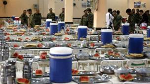 در ماه رمضان برای بیش از ۲ هزار سرباز ارتش در این پایگاه بزرگ نظامی غذا طبخ میشود.