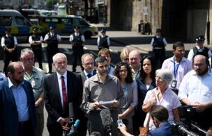 Jeremy Corbyn a gaban masallacin na Finsbury Park.