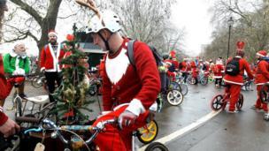 Сантанын кийимин кийген велосипедчендер Гайд паркта чогулууда, Лондон