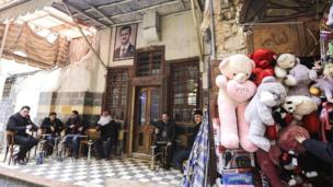大馬士革舊城區一家餐廳入口掛著阿薩德總統的頭像