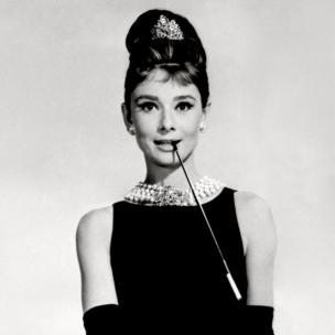 أودري إيبورن ترتدي فستانها الأسود من تصميم جيفنشي