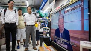 Watu wamtazama Mfalme Akihito akitoa hotuba kupitia televisheni.