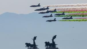 Đội phi cơ trình diễn trên không tạo màu xanh trắng đỏ của quốc kỳ Ý ngày Quốc khánh 02/06.