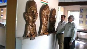 మ్యూజియంలో భగత్సింగ్, సుఖ్దేవ్, రాజ్గురు కాంస్య ప్రతిమలను వీక్షిస్తున్న సందర్శకులు