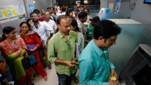 कोलकाता के एक एटीएम में पैसे निकालने के लिए लगी कतार
