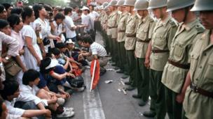 Sinh viên và bộ đội tại Thiên An Môn