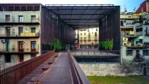 La Lira. Teatro público de espacio abierto. 2011, Ripoll, Girona, España. En colaboración con J. Puigcorbé