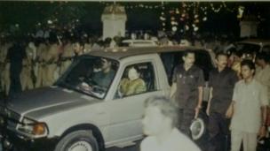 1995ல் ஜெயலலிதா அவரது வளர்ப்பு மகன் சுதாகரனின் திருமண ஊர்வலத்தில் செல்லும் காட்சி