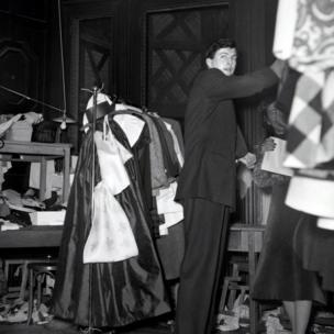 الصورة لجيفنشي خلال أول عرض أزياء لموسم الربيع عام 1952