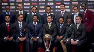 2011 உலக கோப்பை போட்டிகளின் போது சக அணித் தலைவர்களுடன் தோனி