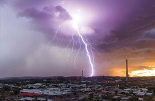 Молния поражает Маунт-Айза, штат Квинсленд, 25 февраля 2015