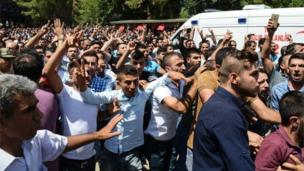 People gesture and shout at government officials and police at funeral of victims of the attack on a wedding party in Gaziantep (21/08/2016)