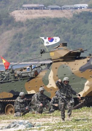 """นาวิกโยธินของสาธารณรัฐเกาหลีเข้าร่วมการฝึกซ้อมระหว่างการฝึกโจมตีสะเทินน้ำสะเทินบก ซึ่งเป็นส่วนหนึ่งของการฝึกซ้อมรบร่วม """"คอบร้าโกลด์ 2018"""" ที่ฐานทัพในจังหวัดชลบุรี เมื่อวันที่ 16 กุมภาพันธ์ที่ผ่านมา"""