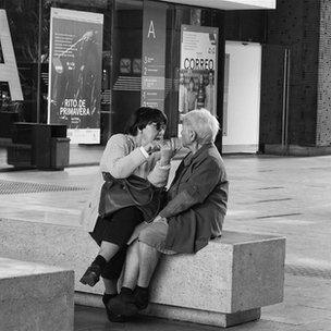 Dos señoras mayores manteniendo una conversación