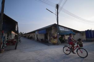 ชาวเมียนมาที่อาศัยในชุมชนแห่งนี้ ประกอบอาชีพหลากหลาย อาทิ เป็นลูกจ้างโรงงาน, ทำงานที่สะพานปลา, รับจ้างแกะกุ้ง และบางรายก็เป็นเจ้าของกิจการ