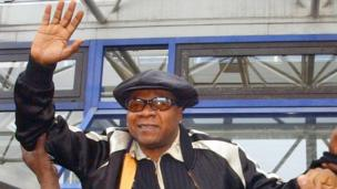 Papa Wemba leaving a courthouse in Paris