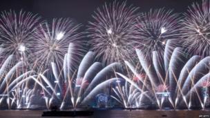 हांगकांग के विक्टोरिया हार्बर में नए साल जश्न इस तरह मनाया गया.