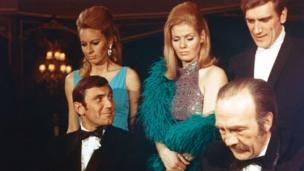 George Lazenby n'interprétera le rôle de 007 qu'un seule fois, son agent étant convaincu que le succès de la saga ne durerait pas.