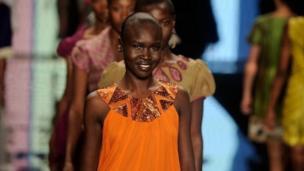 La mannequin soudanaise Alek Wek est la dernière à l'avoir fait il y a 20 ans.