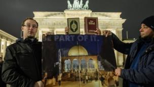 جرمني کې د امریکا سفارت مخې ته د مظاهرې ګډونوالو د الاقصیٰ جومات انځورونه لېږدول.