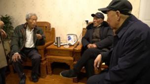 王琪的84歲高齡的大哥王致遠(中)和其他很多親屬