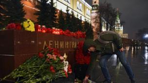 Москва тургундары Александр бакчасына келип, Ленинград мемориалына гүл коюп, эскерди. Бактын айланасы полиция тарабынан курчалып, кайтарууга алынууда.