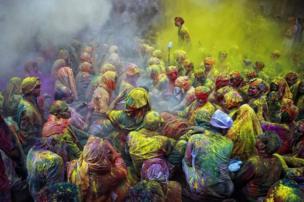ভারতের উত্তর প্রদেশে মথুরায় হোলি উৎসবের এ ছবিটি তোলা হয় ২০০৯ সালে। ছবিটি তোলেন পরাশ চৌধুরী।