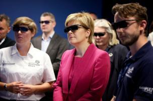 رئيسة وزراء اسكتلندا نيكولا ستورجيون في وسط الصورة