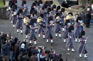 द रॉयल रेजीमेंट ऑफ़ स्कॉटलैंड का धुन बजाते हुए बैंड के लोग