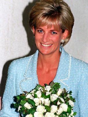 Diana con un ramo de flores en 1997.