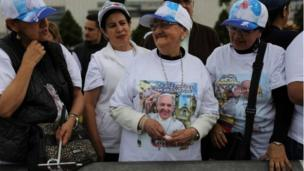 colombians give pope francis rapturous wel e   bbc news