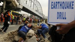 Filipino mock victims wait for rescue during an earthquake preparedness drill in Makati city, south of Manila, Philippines, 22 June 2016.