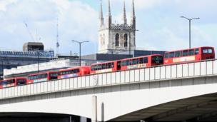 """توقفت الحافلات وسيارات الأجرة والمركبات الأخرى خاوية من الركاب فوق جسر """"لندن بريدج""""."""