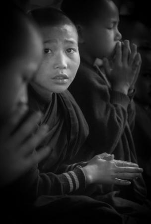 Un monje novicio entre sus compañeros durante las oraciones en el remoto monasterio cerca de Hsipaw, en el este de Birmania
