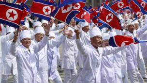 لوَّح المشاركون في العرض بحماس كبير بعلم كوريا الشمالية خلال العرض.