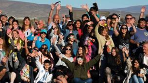 Personas celebran la llegada del eclipse en Argentina