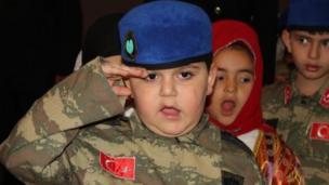 Kayseri'de kutlamalarda esneyen bir çocuk