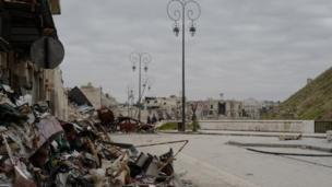 "Menjelang Benteng tua Aleppo. ""Sebelum perang, ini merupakan tempat yang menyenangkan untuk jalan-jalan,"" kata Bowen."