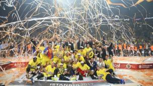 Fenerbahçeli oyuncular kupayı yöneticilerle beraber kaldırdı.