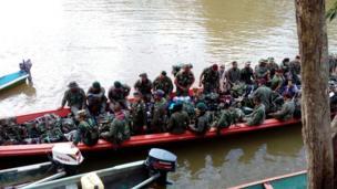 Guerrilleros del Bloque Sur de las FARC en camino a la ZVTN de Puerto Asís, en el Putumayo.