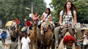 पुष्करची जत्रा बघण्यासाठी जगभरातून लोक येतात. यात विदेशी पर्यटकांची संख्याही मोठी असते.