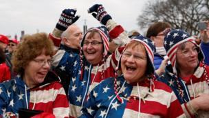 Raia wa Marekani waliofurahia kuapishwa kwa Donald Trump wakiwa wamevalia nguo za bendera ya Marekani
