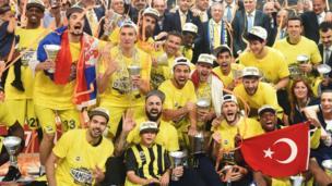 Fenerbahçe basketbol takımı kupayı kutluyor.