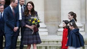 威廉王子夫妇受到法国儿童的欢迎