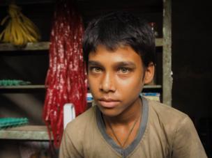 வங்கதேசம் 2014. புகைப்படத்திற்கு போஸ் கொடுக்கும் சிறுவன்